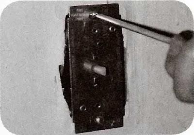 Instalaciones eléctricas residenciales - Atornillando dimmer en chalupa