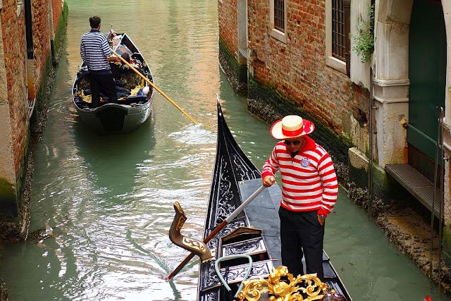 Proč jezdí gondoly v Benátkách vlevo, Benátky, romantika v Benátkách, zajímavosti v Benátkách, kam v Benátkách, co vidět Benátkách, ceny jízdy gondolou