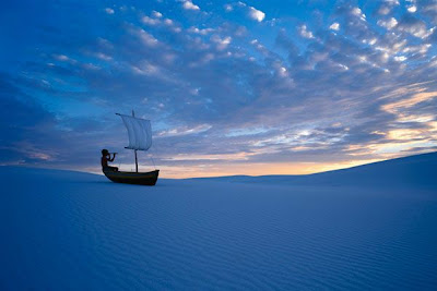 fotomontaje persona en una canoa en el desierto