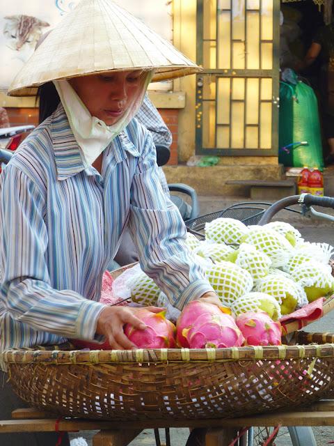 Vendiendo fruta en el mercado de Dong Xuan de Hanoi