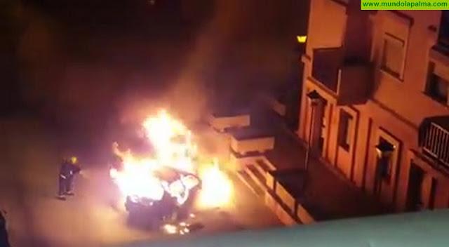Un vehículo se incendia en la calle José López de Santa Cruz de La Palma