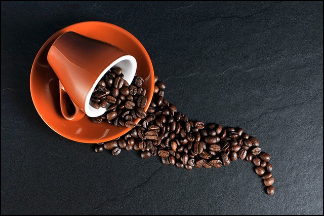 Kopi menjadi salah satu sajian spesial dalam menemani hari-hari anda terutama disaat santai pada pagi hari ataupun disore hari. Kopi memiliki efek buruk jika dikonsumsi secara berlebihan dan jangka waktu yang panjang. Kandungan kafein dan tanic akan membuat seseorang mudah merasa cemas, detak jantung yang tidak teratur, otot-otot tubuh yang mengejang, dan rasa gelisah tanpa sebab. Untuk lebih jelasnya apa saja bahaya buruk jika terlalu sering minum kopi. Berikut penjelasannya.