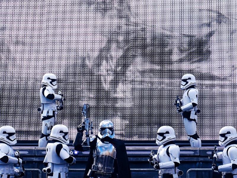 La marche du premier ordre avec Captain Phasma et les stormtroopers