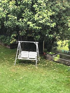 12 von 12: Die Hollywoodschaukel steht einsam verlassen im Regen