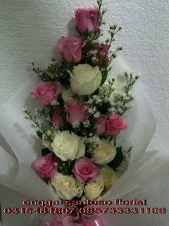 rangkaian bunga tangan model berdiri mawar pink dan putih