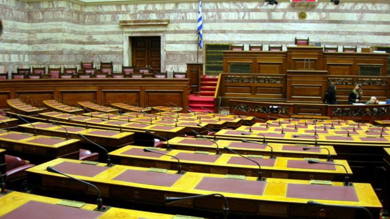 """Ακόμη μια κακόγουστη παράσταση στη Βουλή, ως """"χρυσός χορηγός"""" των άκρων"""