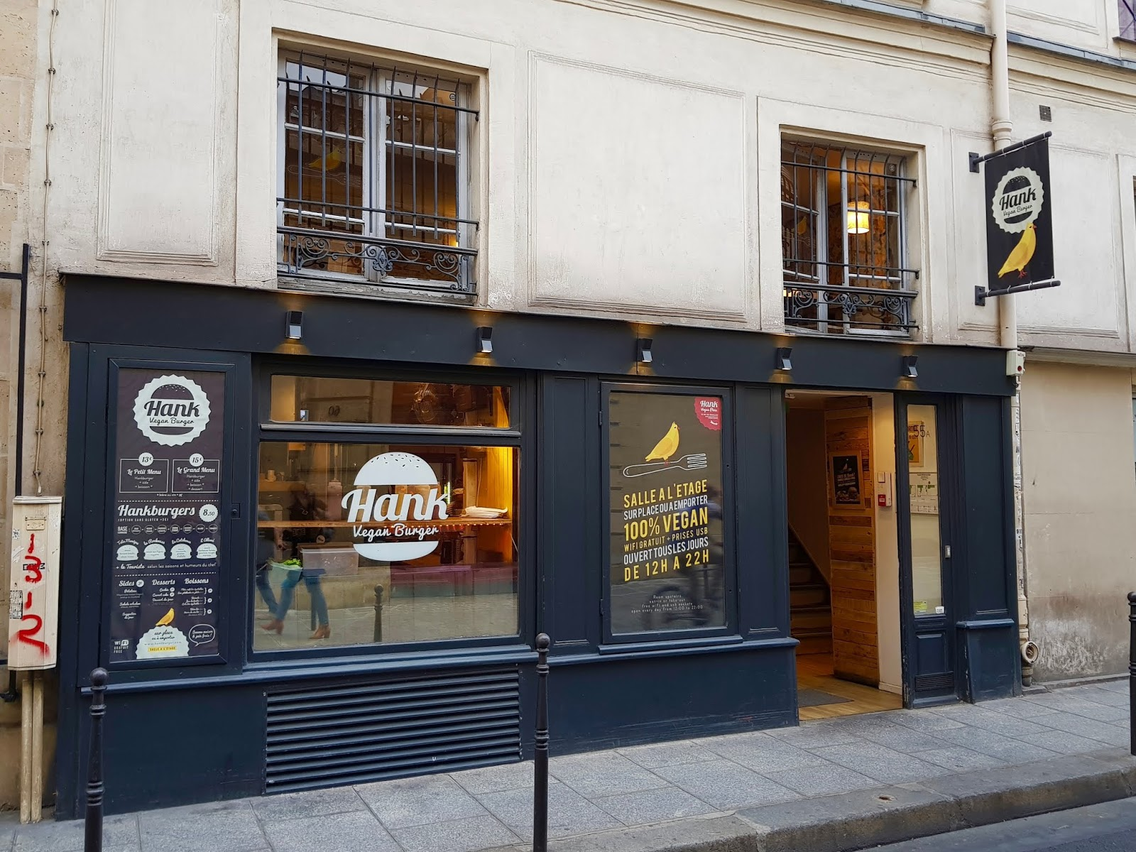 exterior of hank burger restaurant in Paris
