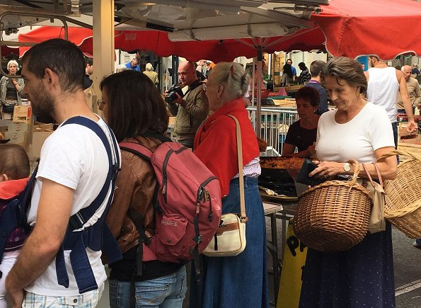 Queen Margrethe visited an open-air market which is in the city center of Cahors, close to the Cayx Palace