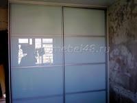 Шкаф с белым стеклом