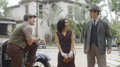 Carlos (Danilo Mesquita) fica com ciúmes de Alfredo (Nicolas Prattes) e Inês (Carol Macedo)
