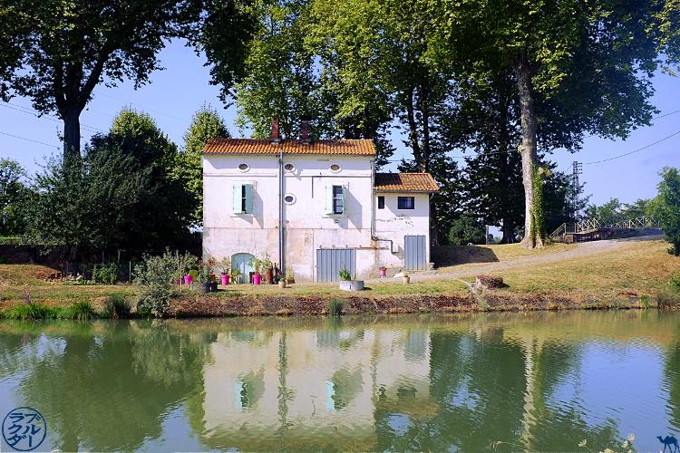 Le Chameau Bleu - Blog Voyage Canal des 2 mers à Velo  - Maison éclusière le long du Canal des 2 mers