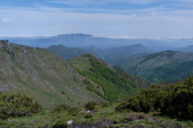 Valle de Las Riscas y la Sierra del Sueve al fondo
