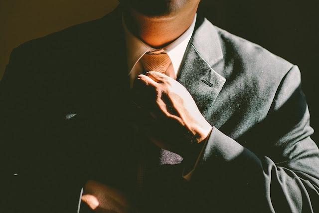 Orang sukses selalu digambarkan kemeja, berdasi dan jas mahal