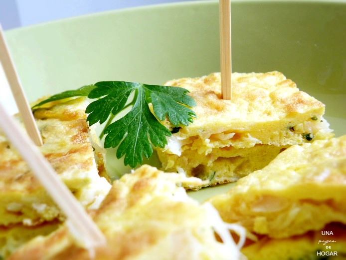 tortilla de bacalao pincho adornado con ramita de perejil