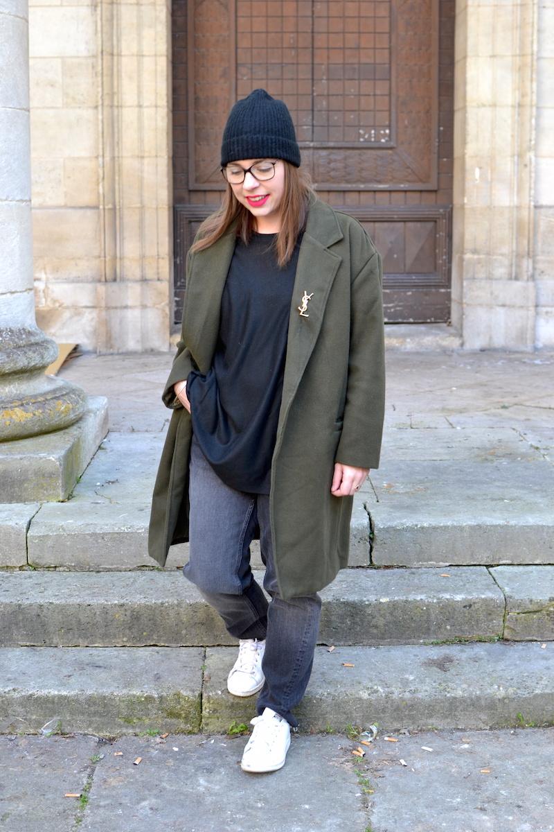 manteau kaki Sheinside, proche YSL de Joli Closet, bonnet noir Etam, pull noir et jean noir H&M, stan smith blanche