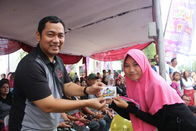 Walikota Semarang Hendar Prihadi menerima stiker AyoMondok dari panitia Gerakan Nasional AyoMondok.