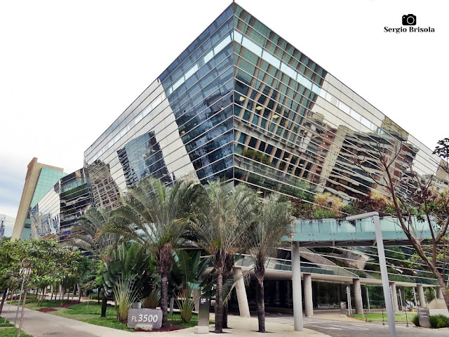Vista ampla da fachada e lateral do Edifício Faria Lima 3500 - Itaim Bibi - São Paulo
