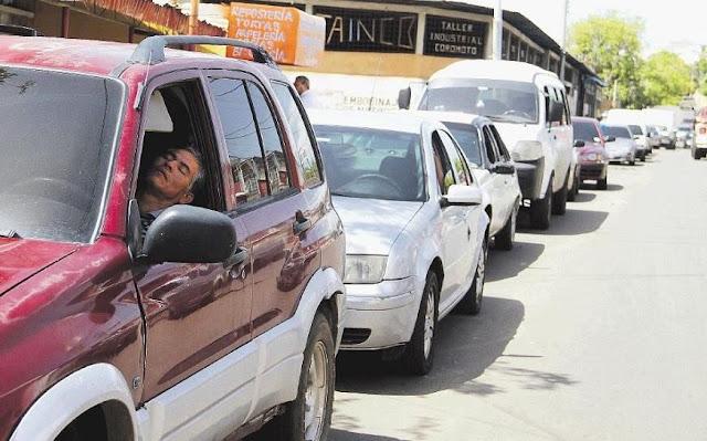 En el Estado petrolero del Zulia te tardas varias horas en llenar un tanque de gasolina