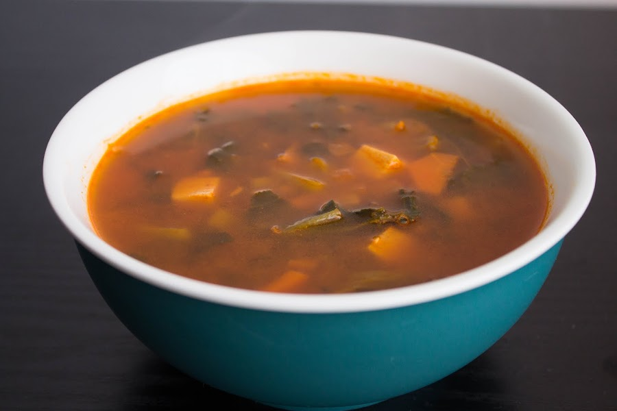 Sopa veggie con tofu ahumado