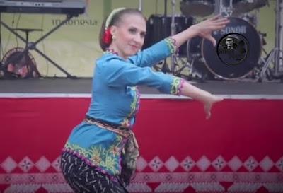 """Ekaterina Makanina menari jaipong """"Daun Pulus Keser Bojong"""" di Acara Dirgahayu Republik Indonesia di KBRI Moskow"""