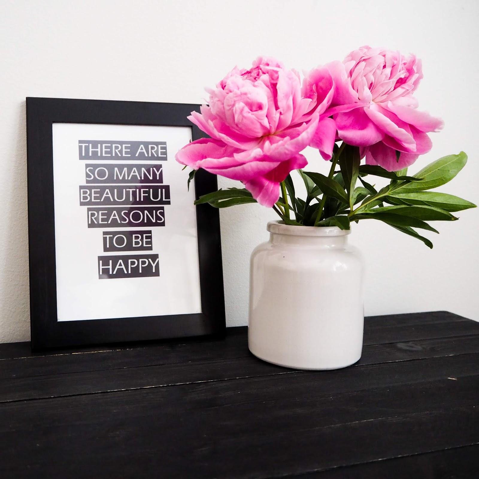 Saippuakuplia olohuoneessa blogi, kuva Hanna Poikkilehto, Kesä, Pioni, Lifestyle, Summer bucket list, Sisustustaulu, Perhe, sisustus, koti, olohuone,