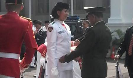 Foto dan Biodata Maria Felicia Gunawan Pasikbraka Pembawa Baki Bendera Pusaka HUT RI ke-70 di Istana Merdeka - www.heru.my.id