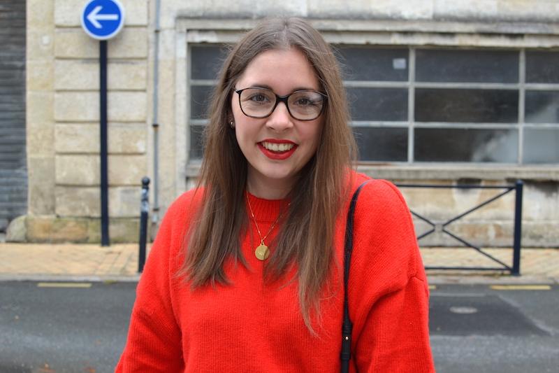 pull rouge H&M et médaille de baptéme