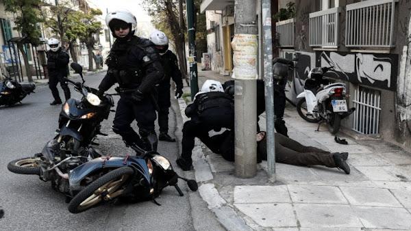 Αστυνομικοί ξυλοκοπούν δικυκλιστή που ενώ πέρασε νόμιμα, παραλίγο να τον πατήσει όχημα αξιωματούχου