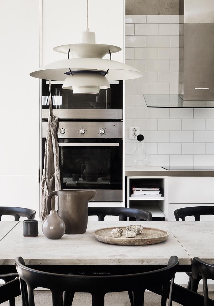cocina-pequeña-estilo-nordico-decoracion-nordica-lampara-blanca-baldosas-metro-blanco-horno-gris-