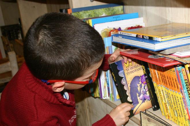 recopilación primeros libros infantiles con capitulos, niño escogiendo libro