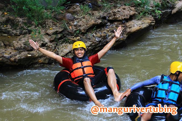 Wisatawan mengenakan baju pelampung Mangu River Tubing Magelang