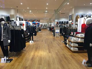 Iluminacion comercial en tienda de ropa