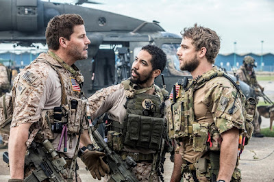 David Boreanaz (como Jason Hayes), Neil Brown Jr. (como Ray) e Max Thieriot (como Clay Spenser) em cena do primeiro episódio de SEAL Team - Divulgação