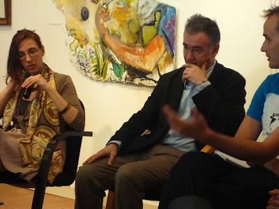 Diskussionssituation in einem Kulturhaus mit Dolmetscherin, Festivalleiter, Seminarleiter