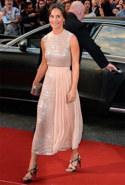 Pippa Middleton look vestido midi rosa, irmã da Kate