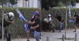 Θεσσαλονίκη: Διαδηλωτές έδειραν άντρα των ΜΑΤ με την ελληνική σημαία