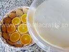 Tort de portocale preparare reteta - punem in tava jumatate din compozitia finala