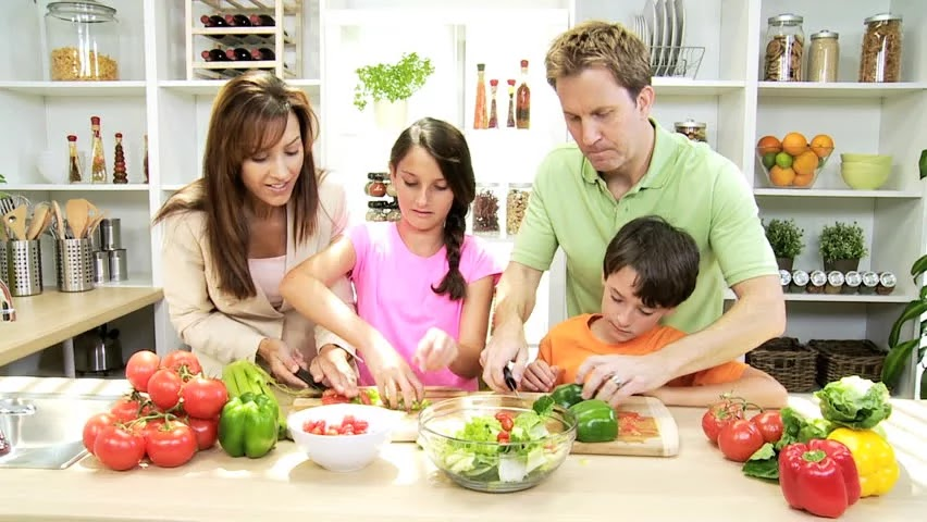 Tips for Eating Right Everyday Eating Tips Small steps can help your family get on the road to maintaining a healthy weight Choose a different tip each