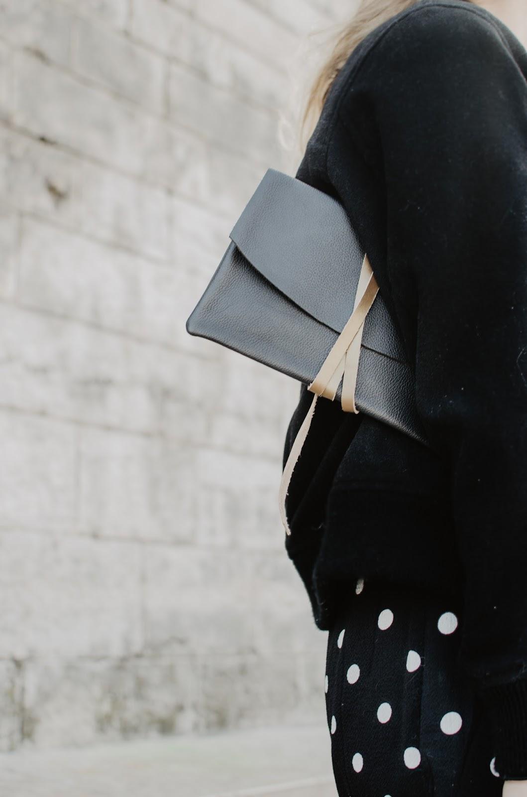 Pochette noire en cuir inaden