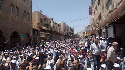 الفلسطينيون يتوافدون إلى المسجد الأقصى ويصلون صلاة الجمعة خارجه رغم الإجراءات المشددة