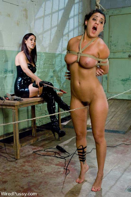 La milf et sexy Isis Love fait subir un interrogatoire BDSM électrique à Charley Chase
