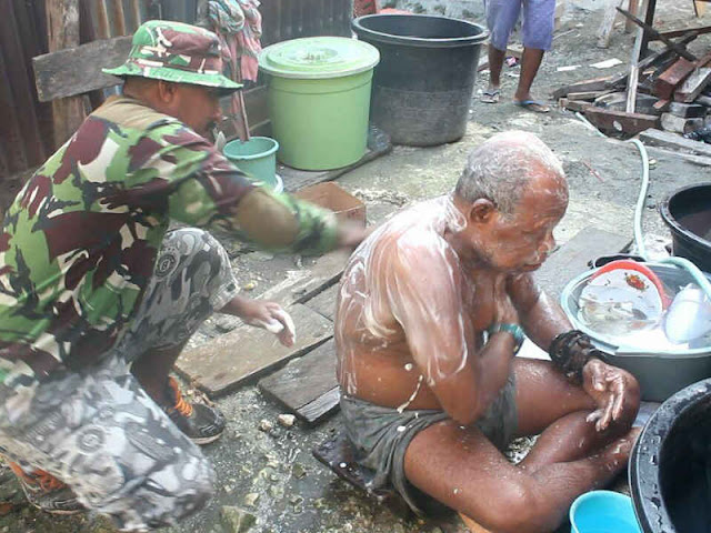 Anggota Satgas TMMD Yapen Waropen Mandikan Kakek Buta