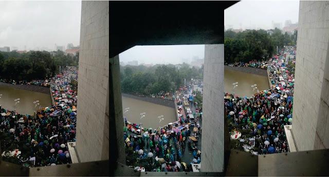 Masjid Tak Dapat Menampung, Massa Umat Islam Meluber Keluar Masjid dan Kondisinya Hujan