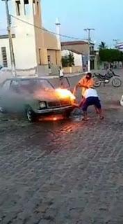 Veículo pega fogo no Centro de Nova Palmeira