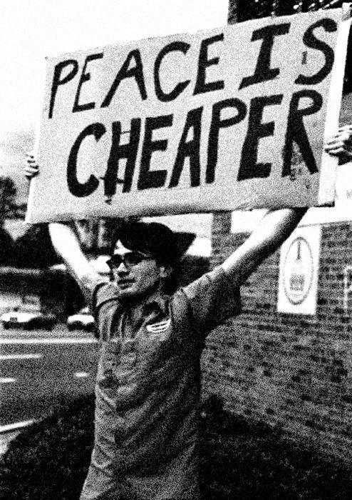 Homem com um cartaz