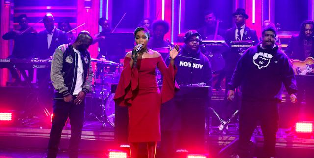 "De La Soul & Estelle cantam acompanhado pela banda de rap ""The Roots"" no programa do Jimmy Fallon"