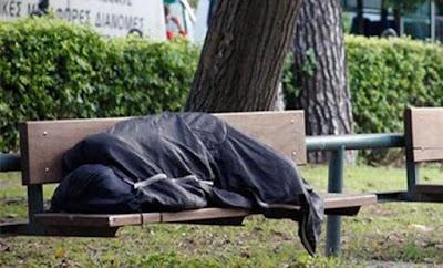 Μια φοιτήτρια αγόρασε πρωινό σε έναν άστεγο – Φεύγοντας, της έδωσε ένα χαρτί με ένα θλιβερό μυστικό!