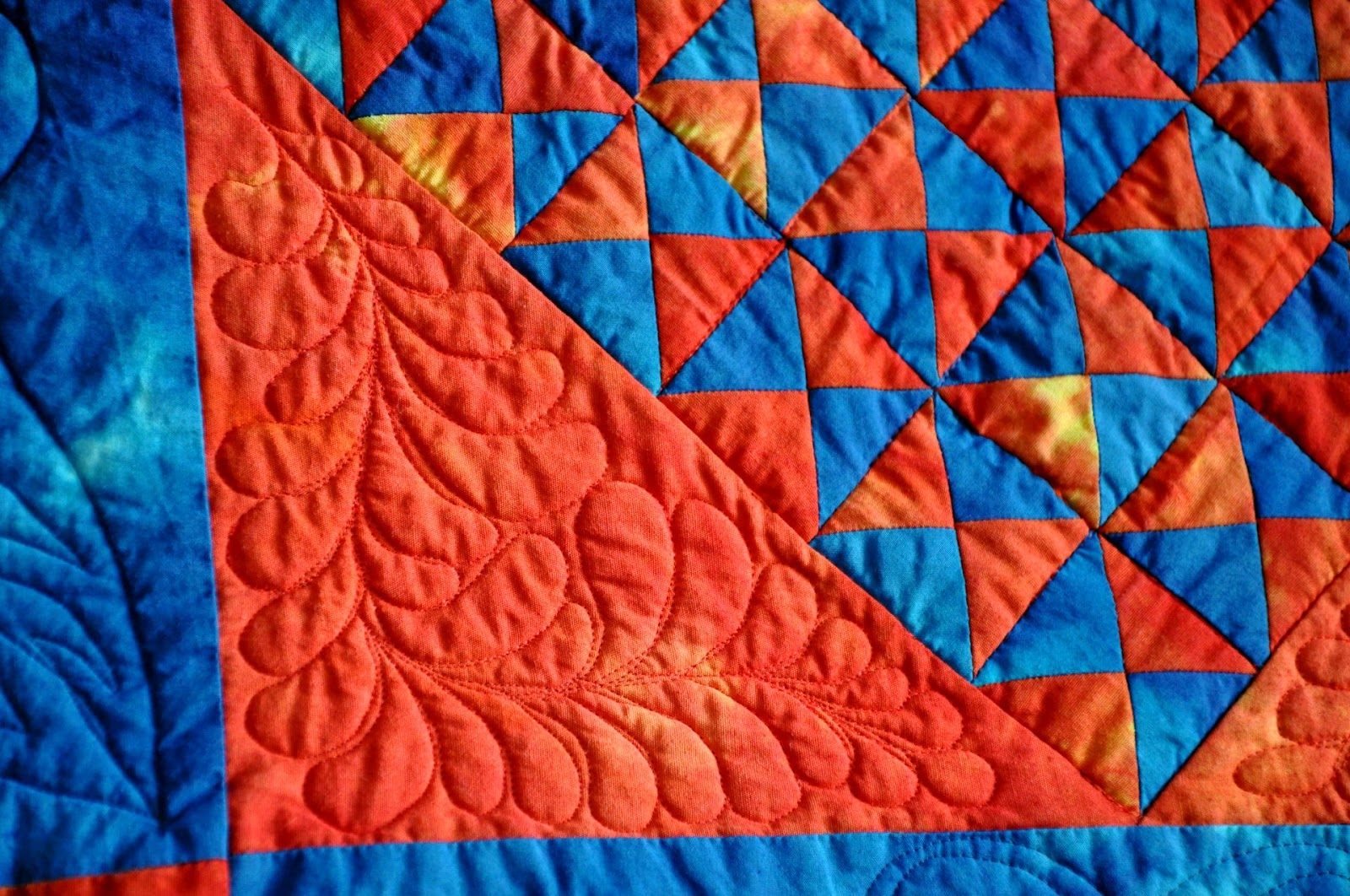 COLOURS AND FABRICS: Feather quilting on my Amish quilt