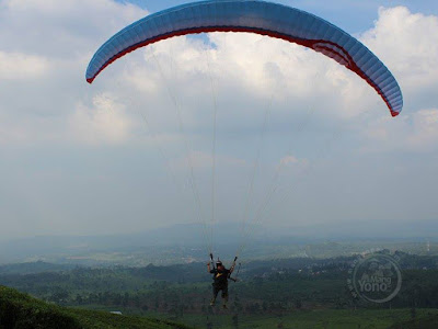 Paralayang di Bukit Santiong.