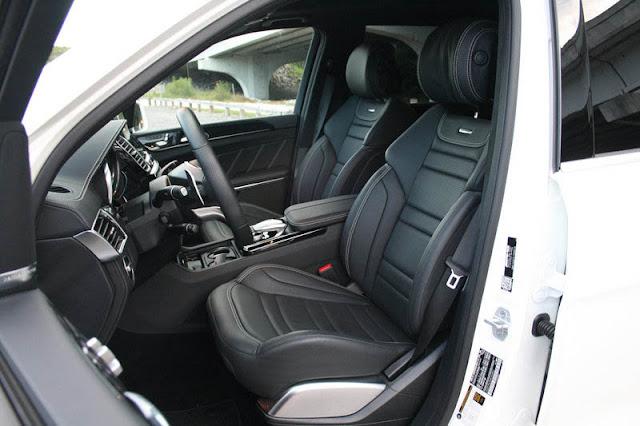 Hàng ghế phía trước Mercedes AMG GLS 63 4MATIC 2017 thiết kế thể thao AMG với huy hiệu AMG ở phía trên ghế